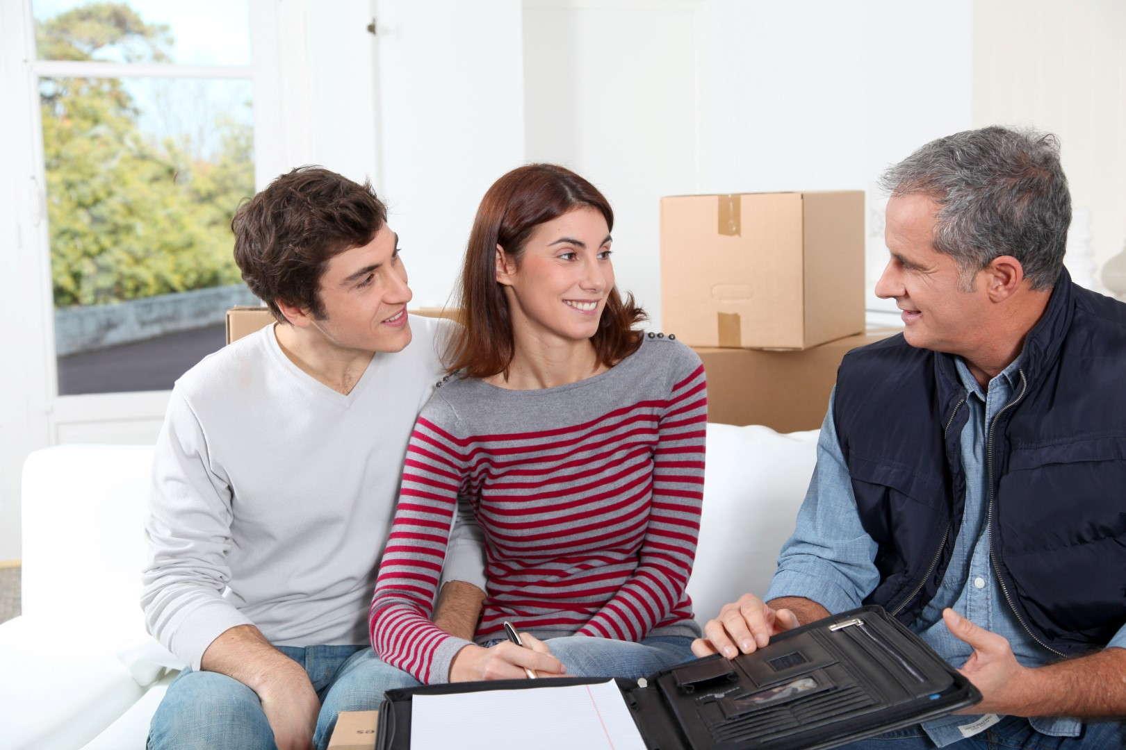 Seguros de alquiler de viviendas y locales. Tres personas firman un contrato de arrendamiento