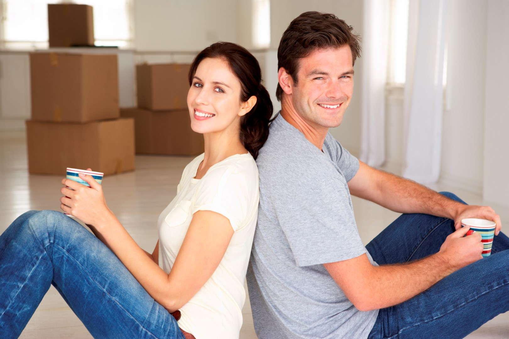 Seguro de hogar valorar continente y contenido. Hombre y mujer amueblan su hogar
