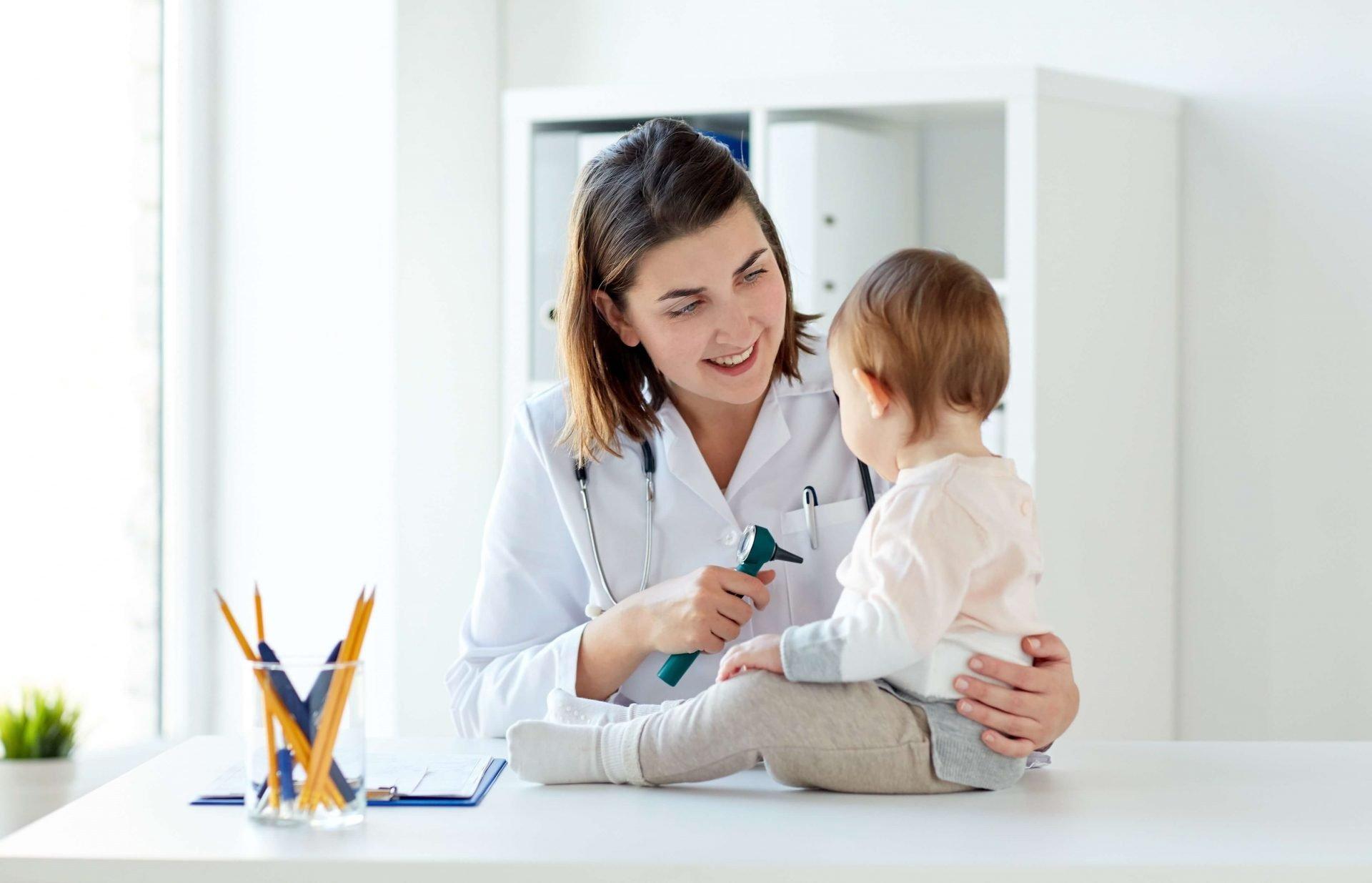 seguro con copago. Niño en consulta de pediatría