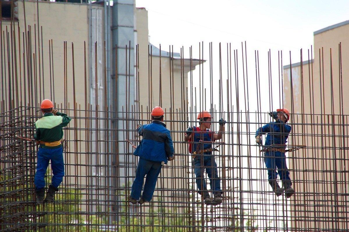 Cómo contratar un seguro de responsabilidad civil. Trabajadores en una obra